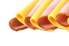 De plakken van het vlees en van de kaas die op wit worden geïsoleerdd Stock Afbeelding