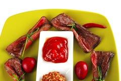 De plakken van het vlees op groen Stock Afbeeldingen