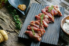 De plakken van ruw vlees leggen het op een scherpe Raad Stock Fotografie