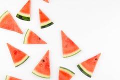 De plakken van verse rode watermeloen met naadloos patroon isoleerden schot royalty-vrije stock foto's