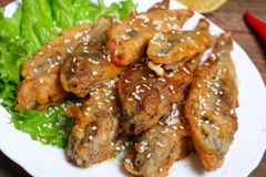 De plan rapproché d'un plat avec les anchois de fritos de boquerones, battu et fait frire espagnols typiques en Espagne, sur une  Images stock