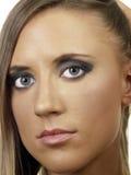 Jeune femme caucasienne blonde de portrait serré de plan rapproché Photographie stock