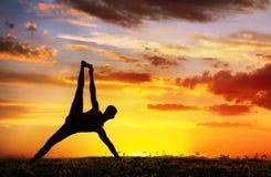 De plank van het silhouetVasisthasana van de yoga stelt royalty-vrije stock foto