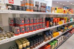 De plank van de koffieopslag in Reis Vrije winkel Skofije, Slovenië Royalty-vrije Stock Fotografie