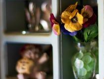 De plank van de mamma'ssnuisterij met bloemen en ceramische dieren royalty-vrije stock afbeeldingen