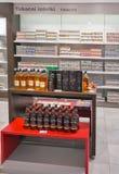De plank van de whiskyopslag in Reis Vrije winkel Skofije, Slovenië Royalty-vrije Stock Foto's