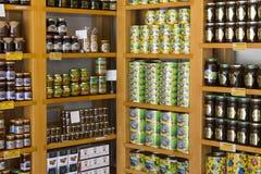 De planken slaan gespecialiseerd voor de verkoop van honingbijpijnboom en bloem op Royalty-vrije Stock Foto's