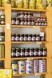 De planken slaan gespecialiseerd voor de verkoop van honingbijpijnboom en bloem op Stock Foto