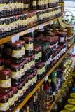 De planken slaan gespecialiseerd voor de verkoop van honingbijpijnboom en bloem op Stock Foto's