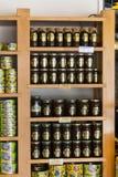 De planken slaan gespecialiseerd voor de verkoop van honingbijpijnboom en bloem op Royalty-vrije Stock Afbeeldingen