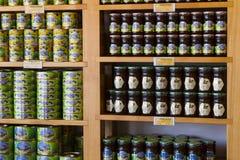 De planken slaan gespecialiseerd voor de verkoop van honingbijpijnboom en bloem op Stock Afbeelding