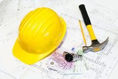 De plannen en de bouwvakker van de bouw Stock Foto's