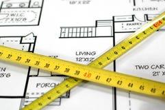 De plannen en de vouwmeter van het huis stock afbeelding