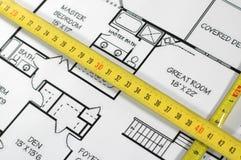 De plannen en de vouwmeter van het huis stock fotografie