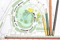 De plannen van Designing van de landschapsarchitect royalty-vrije stock afbeelding
