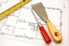 De plannen van het huis en sommige hulpmiddelen stock fotografie