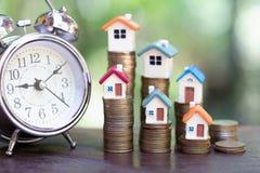 De planning van besparingengeld van muntstukken om een huis, concept voor bezitsladder, hypotheek en onroerende goedereninvesteri royalty-vrije stock foto's