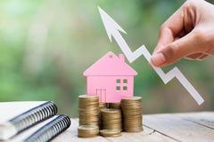 De planning van besparingengeld van muntstukken om een huis, concept voor bezitsladder, hypotheek en onroerende goedereninvesteri stock afbeelding