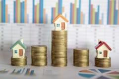 De planning van besparingengeld van muntstukken om een huis, concept voor bezitsladder, hypotheek en onroerende goedereninvesteri royalty-vrije stock afbeeldingen