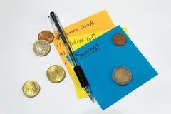 De planning van geld voor vakantie Kleverige Nota's Potlood en geld stock foto