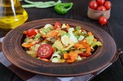 De plantaardige hutspot van kool, slabonen, wortelen, tomaten, uien, paprika's in een klei werpt Royalty-vrije Stock Afbeeldingen