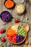 De plantaardige salade van de regenbooggierst Stock Foto