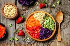 De plantaardige salade van de regenbooggierst Stock Fotografie