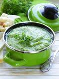 De plantaardige soep van de broccoliroom met witte croutons stock afbeeldingen