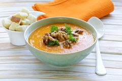 De plantaardige soep van de pompoenroom met okkernoten stock foto