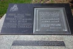 De Plaque van het geboortehuis van Moeder Teresa in Skopje royalty-vrije stock afbeelding