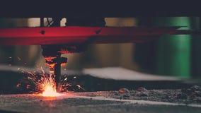 De plasmasnijmachine is scherp vlak blad van metaal door gas of laser bij de fabriek van de metaalbouw stock videobeelden