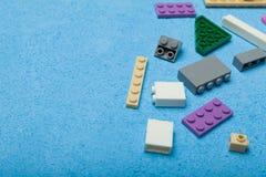 De plastic aannemer van kinderen op een blauwe achtergrond Onderwijs Speelgoed stock foto's