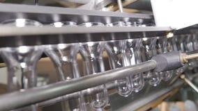 De plastic beweging van voorvormenflessen door de machine om te blazen stock footage