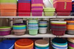de plastic containers en de bakken, vele kleuren en grootte worden geplaatst in het pakhuis stock fotografie