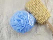 De plastic de badrookwolk en spons voor douche het schoonmaken en schrobben lichaam Stock Foto