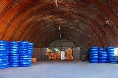 De Plastic die pijpen van pvc in een van de het gebruiksloodgieterswerk of riolering van de pakhuiswerf installaties op bouwwerf  royalty-vrije stock foto's