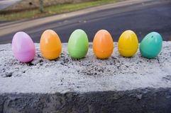 De Plastic Eieren van Colorfu op een Muur 2 van het Blok Royalty-vrije Stock Foto's