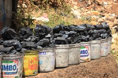de plastic emmers steenkool worden verkocht op de straat van het slechtste gebied van Afrika royalty-vrije stock fotografie