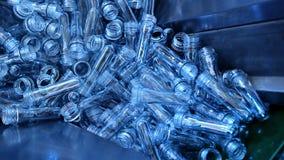 De plastic fabriek van het flessenvoorvormen stock video