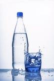 De plastic fles bevat koud water Royalty-vrije Stock Foto's