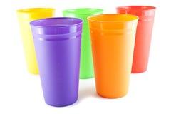 De plastic glazen van de kleur Stock Afbeeldingen