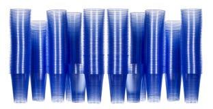 De plastic koppen van het bureau drinkwater Stock Afbeeldingen