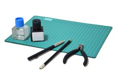 De plastic modelinkt van de hulpmiddeluitrusting, kunstmes, scherpe buigtang op Scherpe plaat en exemplaarruimte royalty-vrije stock foto's