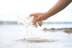 De plastic verontreiniging van waterflessen in oceaan stock fotografie