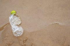 De plastic verontreiniging van waterflessen in oceaan stock afbeeldingen