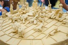 De plasticinebeeldjes van kinderen bij de hoofdklasse bij de modellering van plasticine stock foto