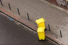 De plastique poubelles wheely dans la rue dehors image stock