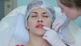 De plastische chirurgie van de lippeninjectie stock footage