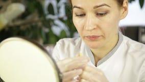 De plastische chirurgie van de lippeninjectie Schoonheidsspecialist die doen lippenvergroting stock footage