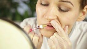 De plastische chirurgie van de lippeninjectie Schoonheidsspecialist die doen lippenvergroting stock video